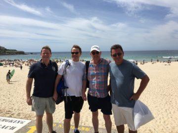 fyra badpojkar ute vid Bondi Beach