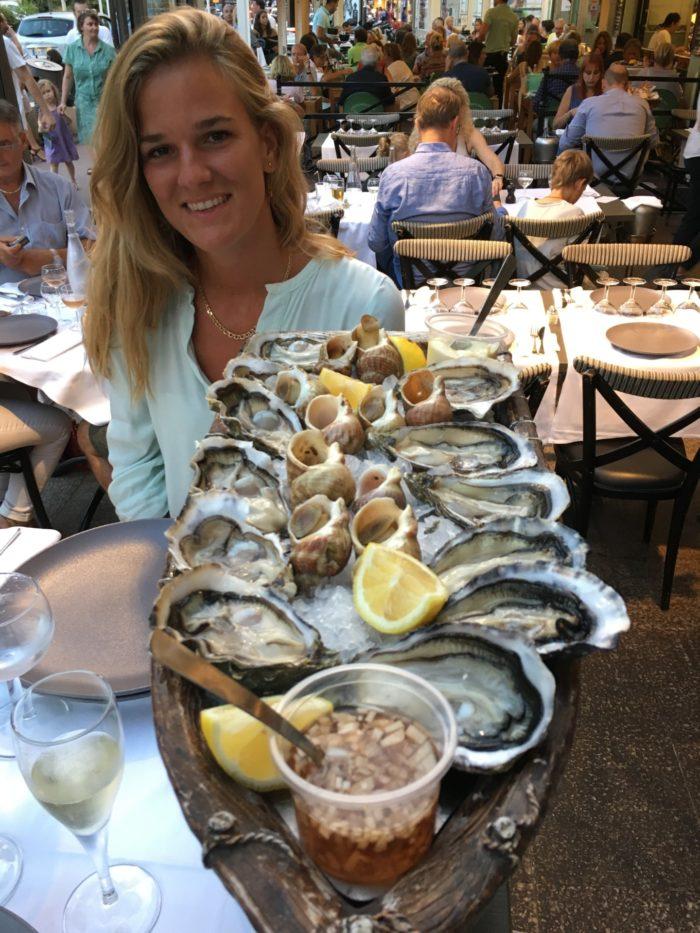 Frida njuter av underbara ostron från Gillardeau i Cannes