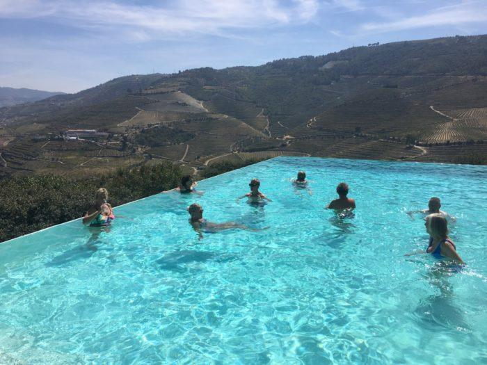 En apéretif och ett skönt dopp i poolen på Quinta do Crasto