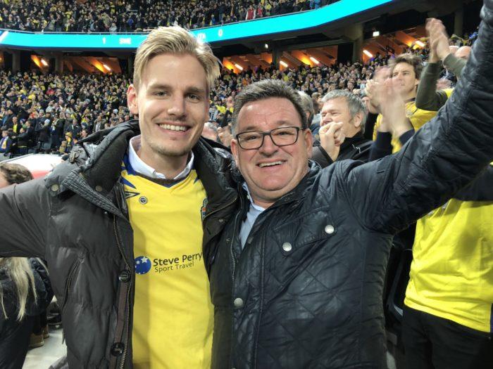 Jag och sonen Markus jublar på Friends Arena efter Sveriges 1-0 mål mot Italien i VM-kvalet