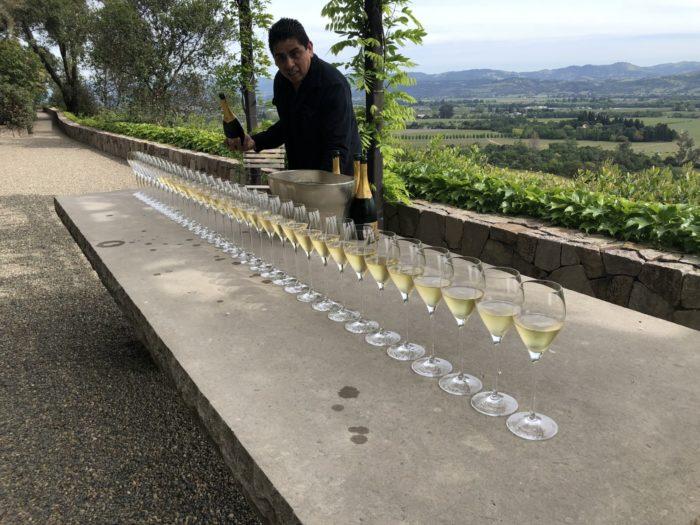 Ett välkomnande med stil på exklusiva Harlan Estate. Ett glas Krug Grande Cuvée Champagne