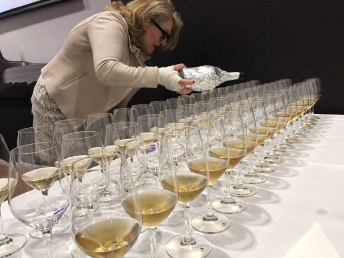 Marina Olsson i full färd med att hälla upp 1978an vid vertikalprovningen av Clos des Goisses från vinhuset Philipponnat i Champagne. En helt makalös tillställning och intressant att få prova 28 årgångar