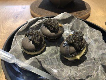 Macaron med rysk caviar var en av 16 rätter på fantastiska Quoin Roch Gate restaurant i Stellenbosch