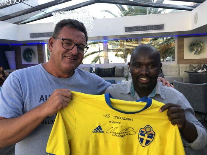 Min vän Thulani på Cape Milner Hotel i Cape Town när jag precis överlämnat en landslagströja signerad av Henrik Larsson till honom